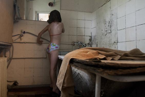 Сын смотрит как мать купается в ванной