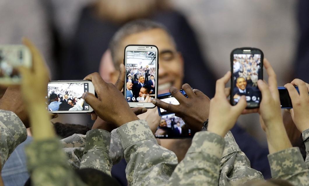 c7246fa8dd0398 Военнослужащие США снимают президента Обаму, посетившего американскую базу  в Южной Корее, 2014 год. Фото: Reuters