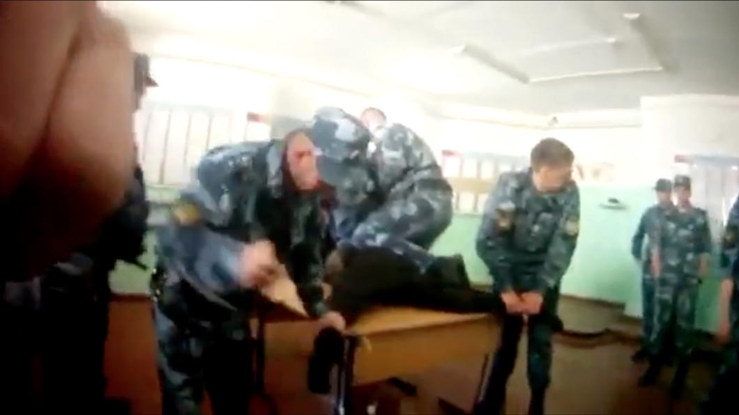 Опубликовано видео пыток заключенного в Ярославской области (18+)