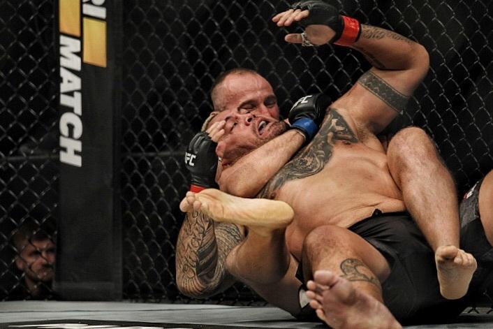 Алексей Олейник победил Марка Ханта в главном бою вечера первого UFC в России. Фото