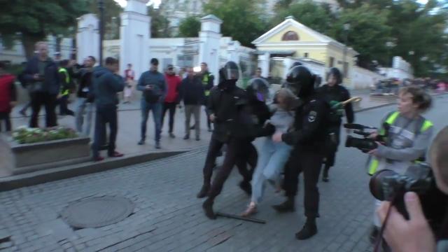 Полицейский будет бить ее, пока его не остановят. Бесконечное видео