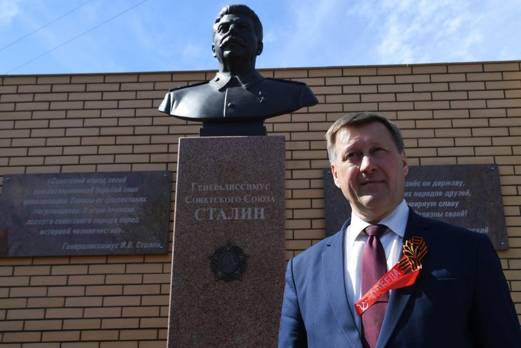 Анатолий Локоть во время торжественного открытия памятника Сталину на территории обкома КПРФ в Новосибирске. Фото: РИА Новости