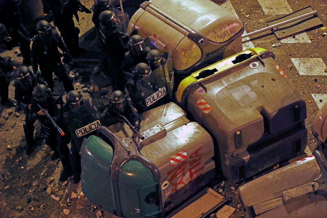 Столкновения с полицией в Барселоне. 17 октября 2019 года. Фото: EPA