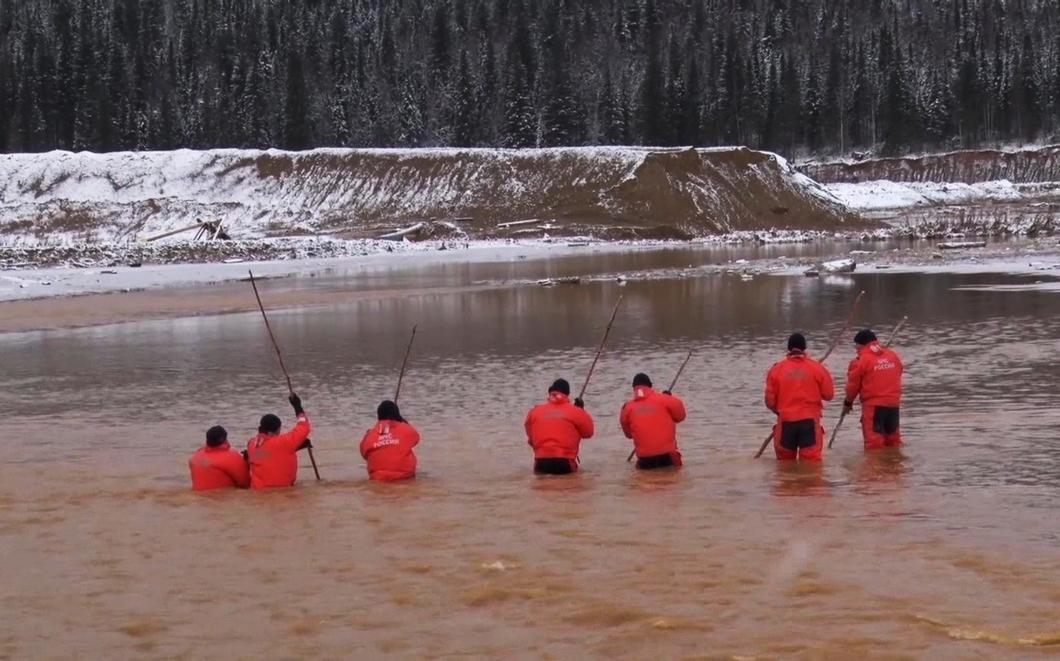 Сотрудники МЧС ведут поисково-спасательные работы на месте прорыва дамбы. Фото: РИА Новости