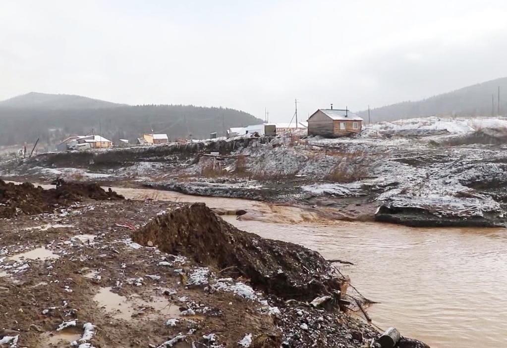 Место прорыва дамбы на реке Сейба. Фото: РИА Новости