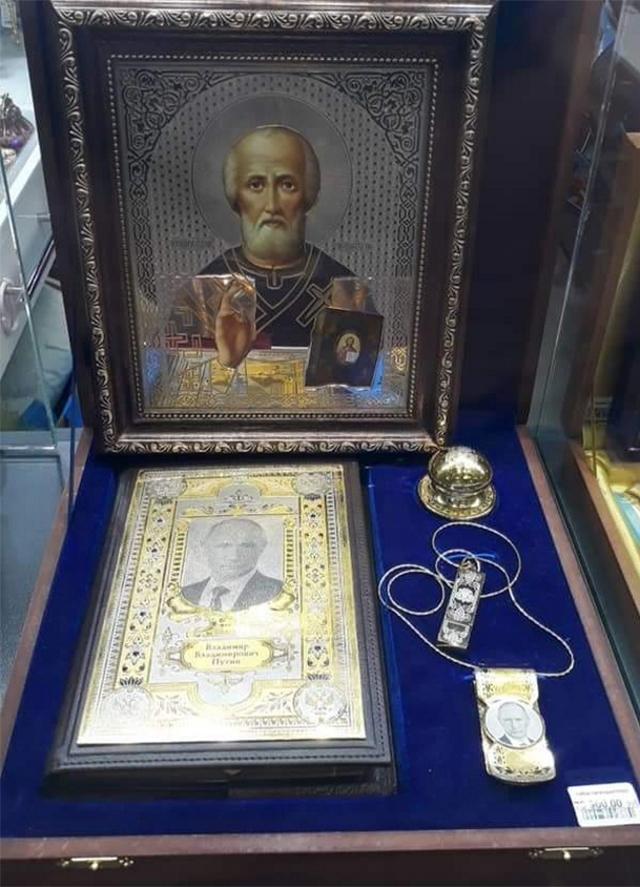 Февраль 2020 года. Икона с Путиным под иконой с Николаем Чудотворцем в аэропорту Пулково. Фото: Аркадий Чаплыгин / Twitter