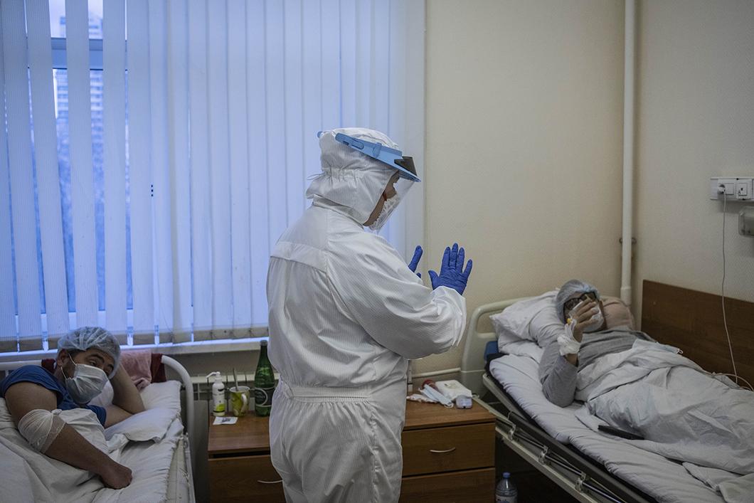 Это шторм. Прямой репортаж Елены Костюченко и Юрия Козырева из «красной  зоны» 52-й клинической больницы Москвы