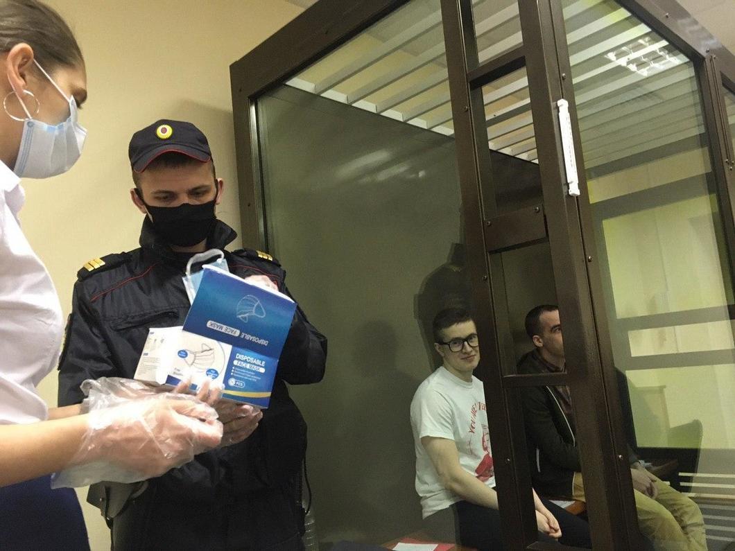 Раздача средств индивидуальной защиты на заседании по делу «Сети», фото Евгения Кулакова
