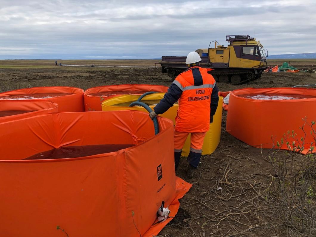 Ликвидация последствий разлива топлива на ТЭЦ-3. Фото: Андрей Мармышев / ТАСС