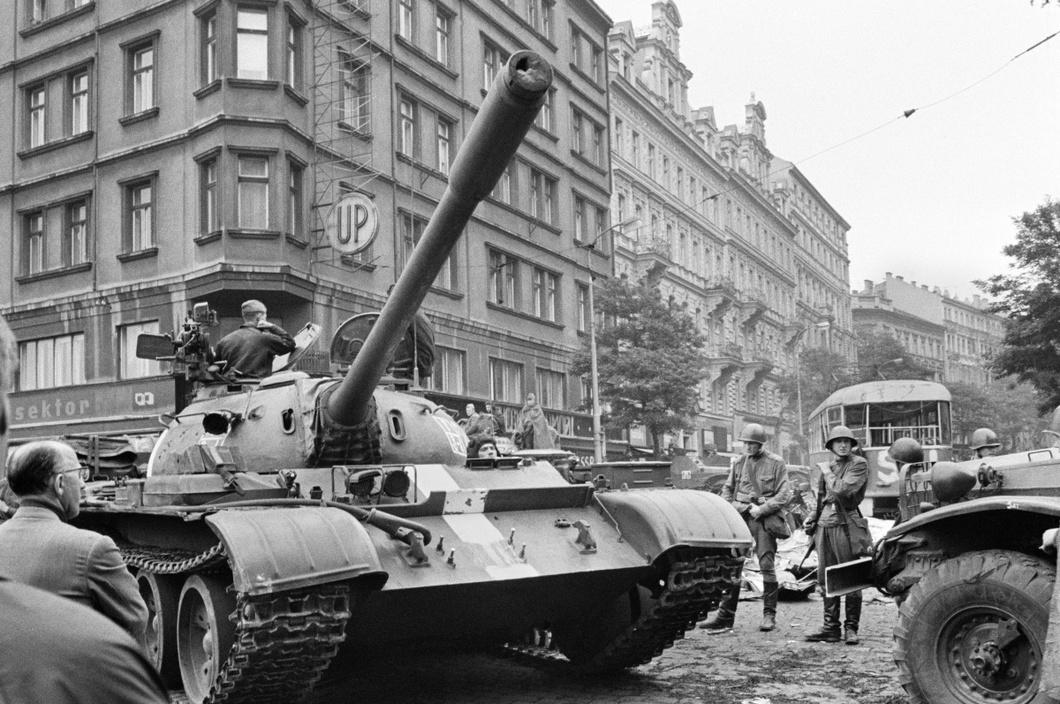 Советские танки на улицах Праги в 1968 году.