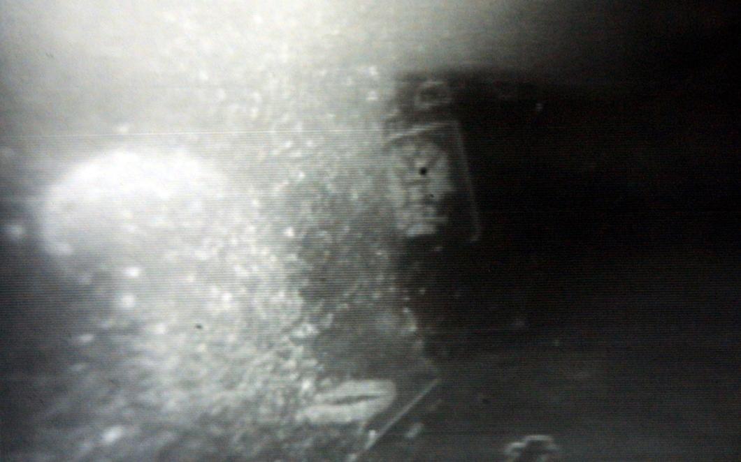 2001 год, октябрь. Башня АПЛ «Курск» видна в толще воды Баренцева моря. Операция по поднятию подлодки на баржу. Фото: Reuters