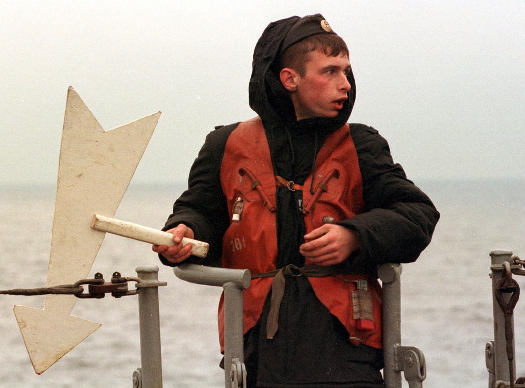 Российский моряк со знаком в районе затопления АПЛ «Курск» в Баренцевом море. Октябрь 2000 года. Фото: Reuters