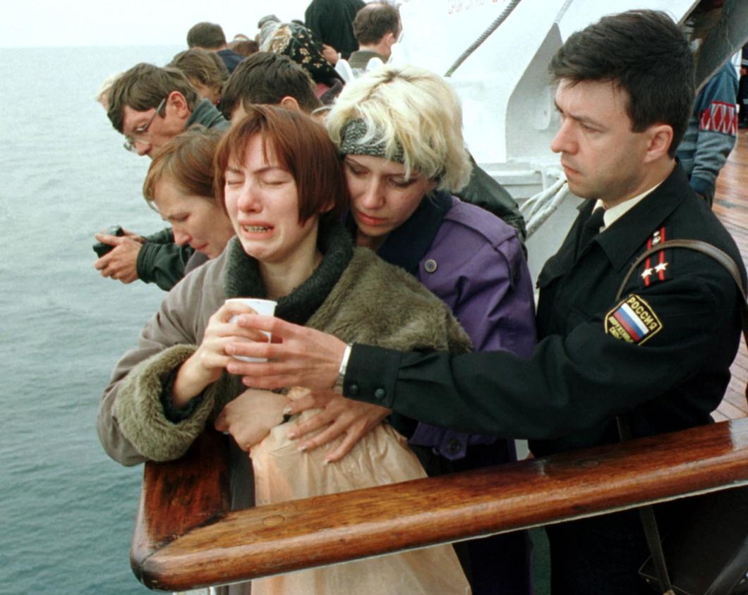 Родные погибших моряков в районе затопления «Курска». Август 2000 года. Фото: Reuters