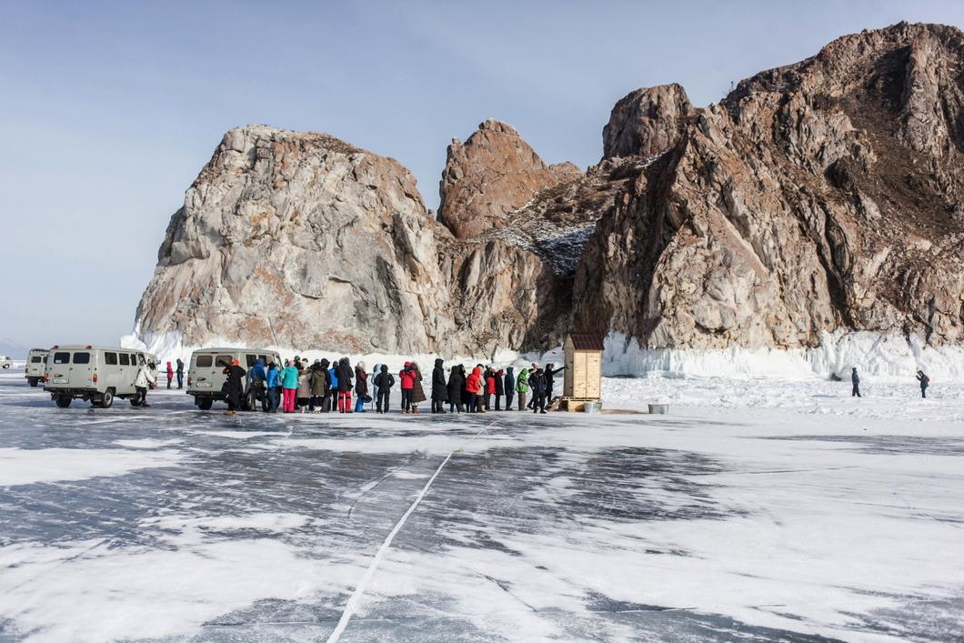 Туалет для туристов на льду Байкала. Фото: Антон Климов, из проекта «По уши»