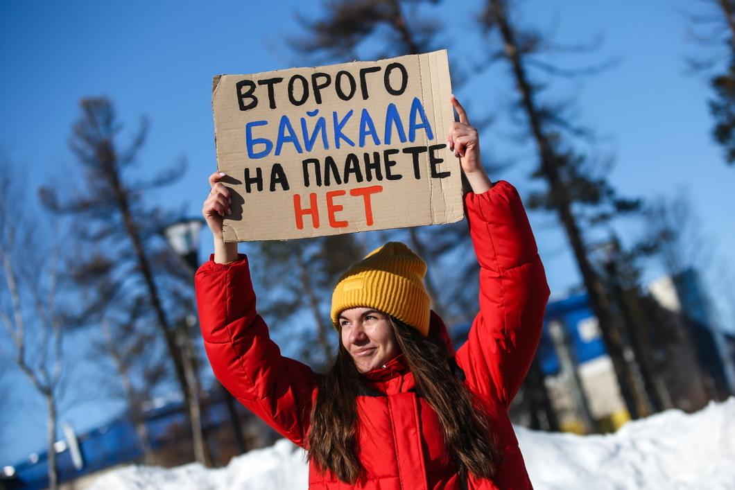 Пикет в поддержку запрета строительства завода на озере Байкал. Фото: Алексей Андронов / URA.RU / TASS