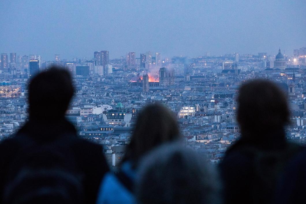 Очевидцы пожара в Нотр-Дам де Пари, уничтожившего знаменитый собор. Фото: Getty