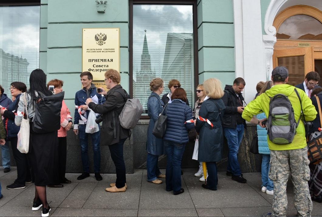 Москвичи передали в Госдуму 11 тысяч подписей против реновации