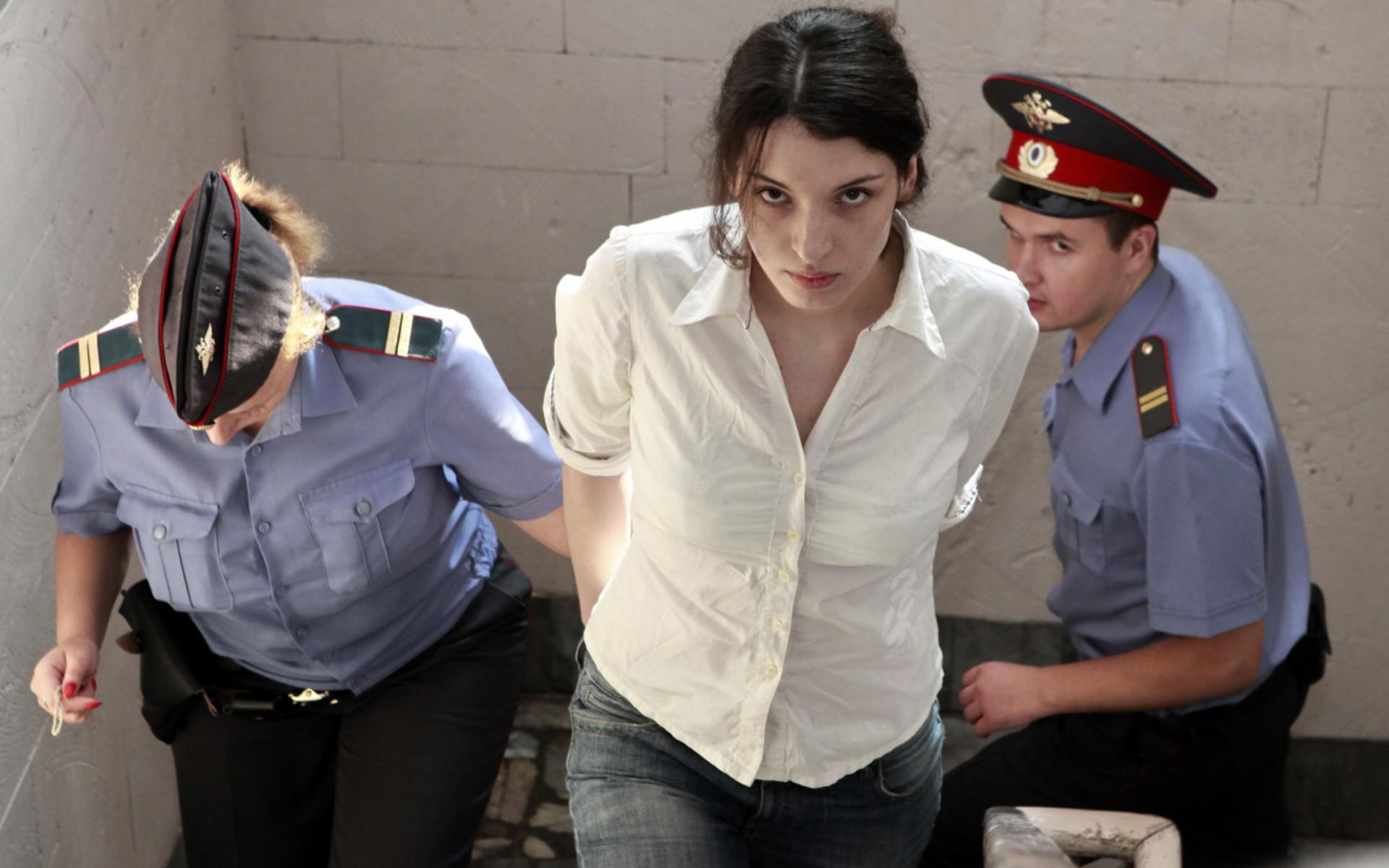 разлеглась девушка обыск тюрьма начала сползать