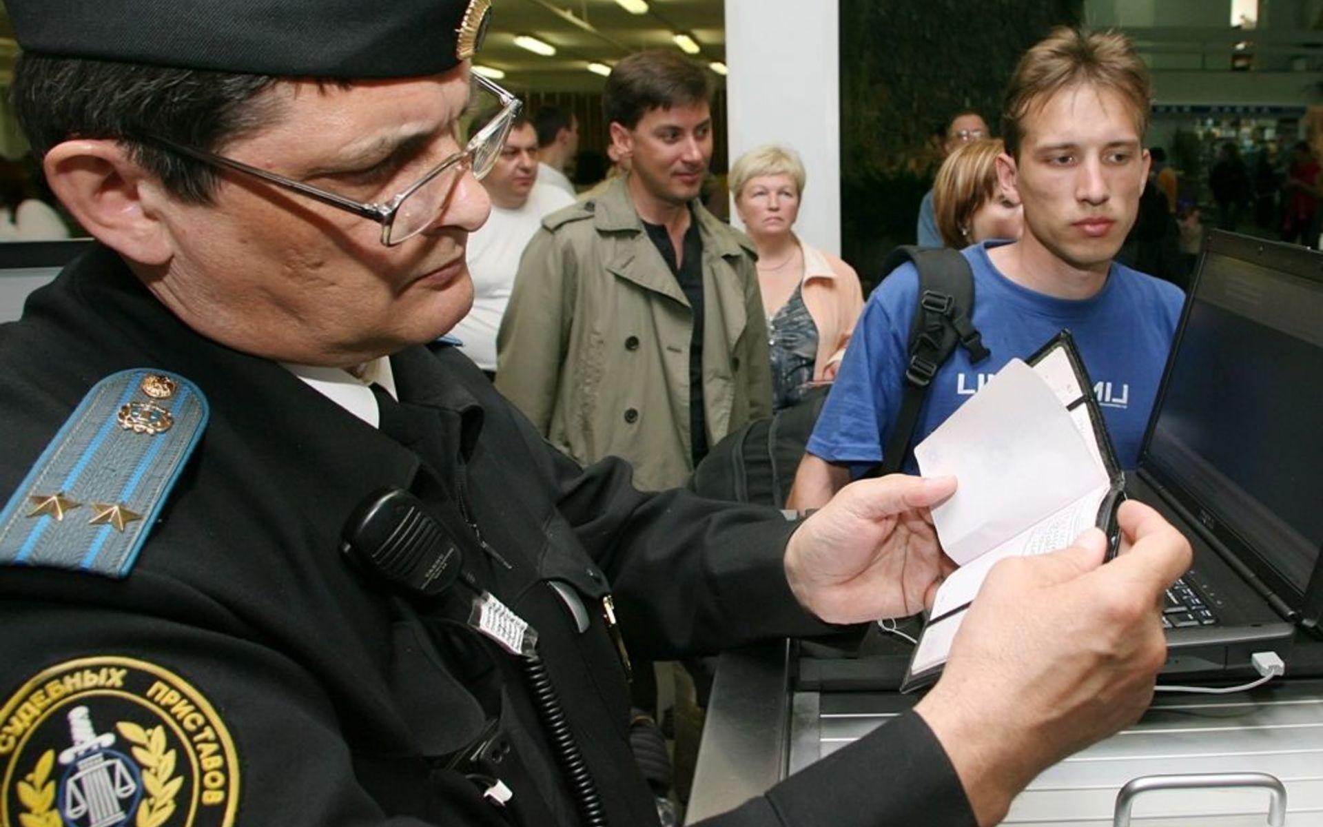 Где узнать выездной человек за границу или нет