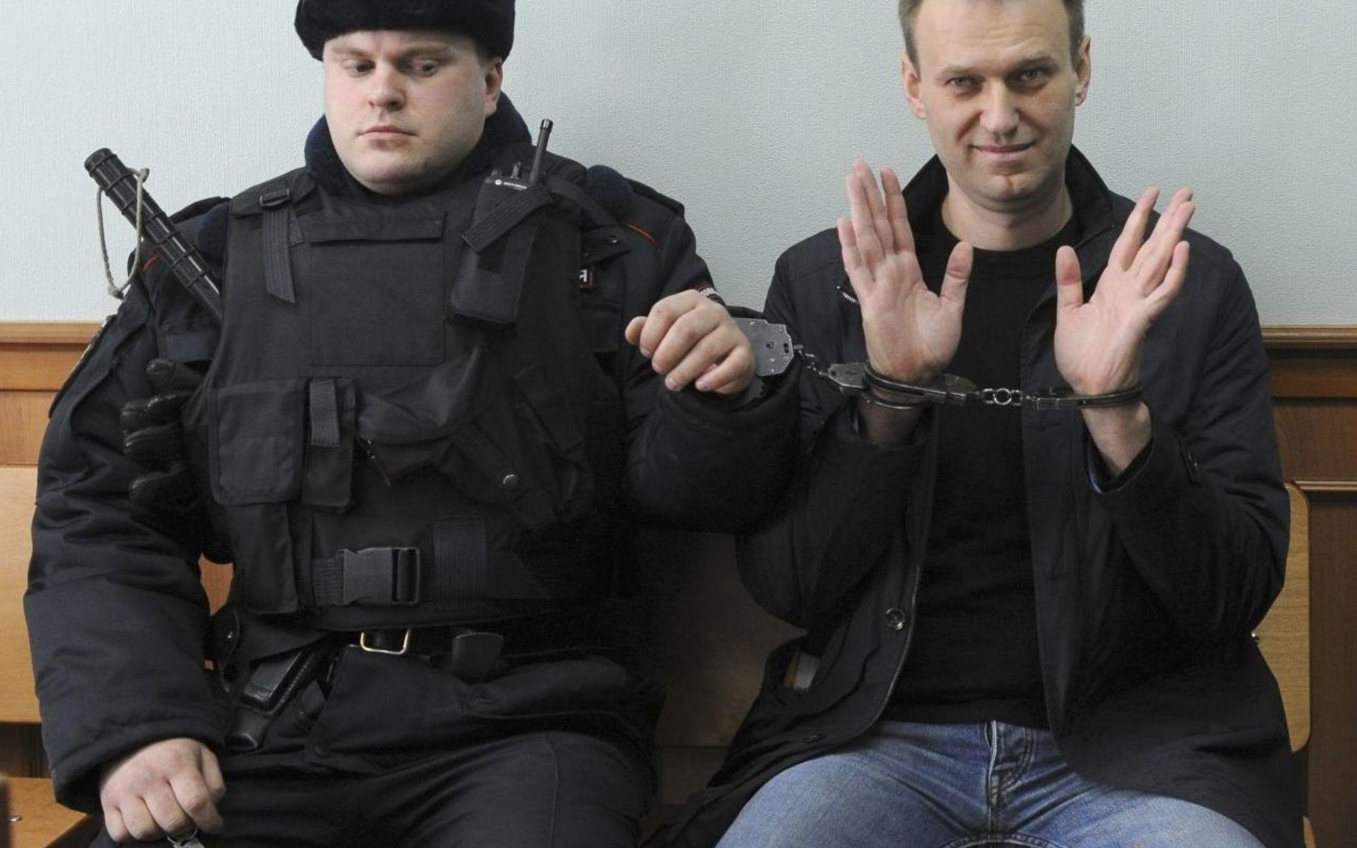 Картинки по запросу навальный в наручниках
