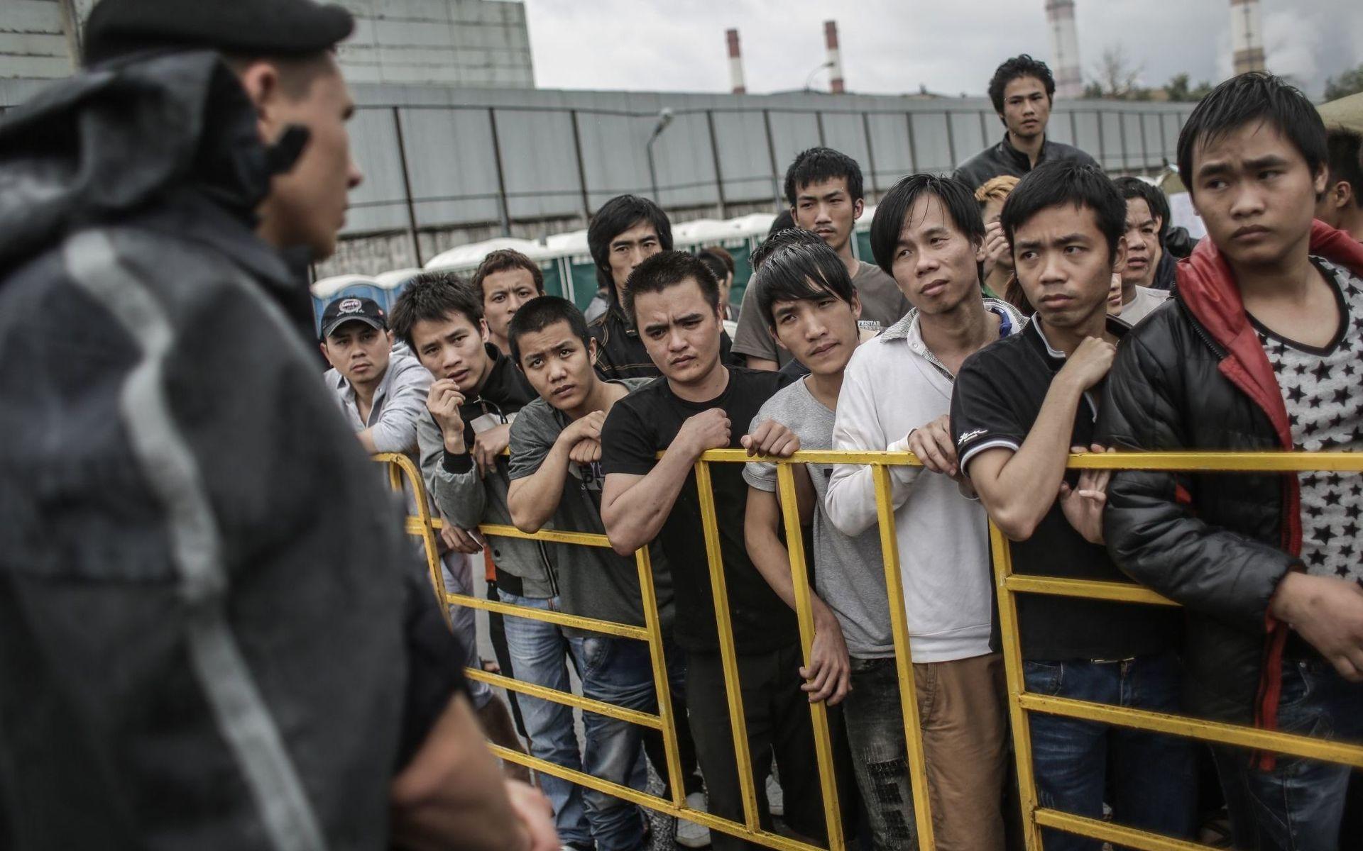 Посмотреть мужской эмигрант в россия узбекистан толпу блондинку голые