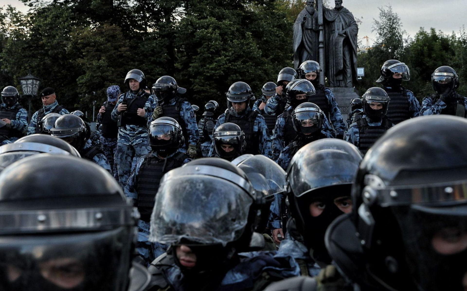 50 тысяч москвичей выступили против репрессий, но полицейское оцепление остановило их у храма